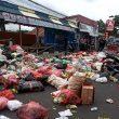 Protes, Warga Ternate Ramai-ramai Buang Sampah di Jalanan